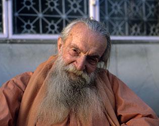 Swami Vijayananda, Fidèle de Mâ Ananda Moyî